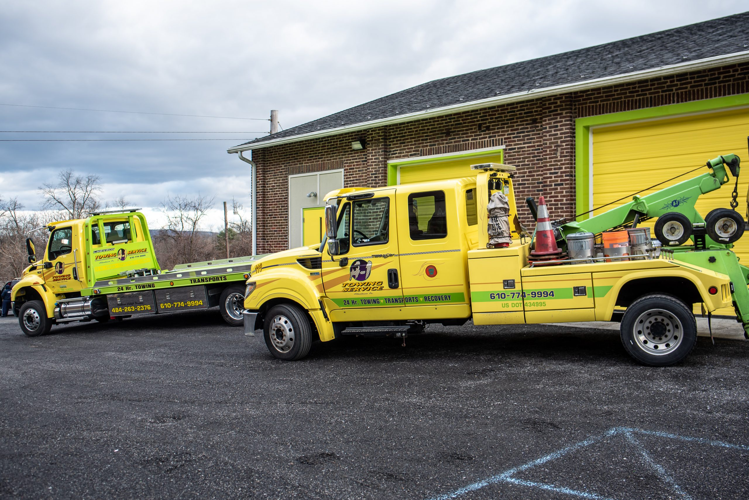 yellow heavy duty towing trucks
